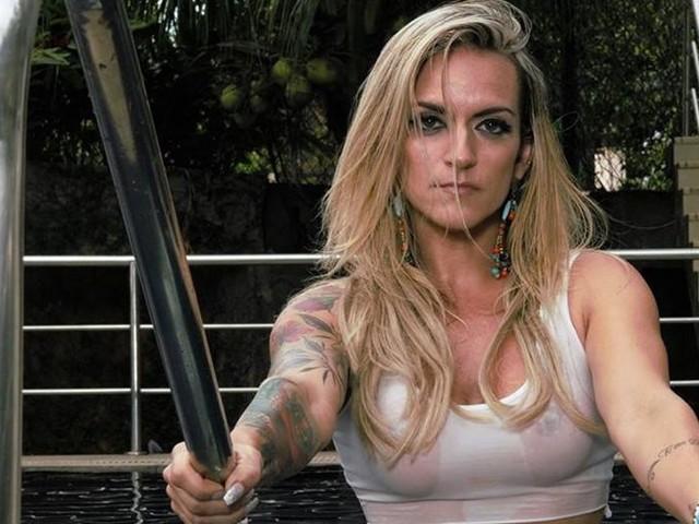 Personal trainer, Adriana Ferraco ostenta corpão e cílios Elipse
