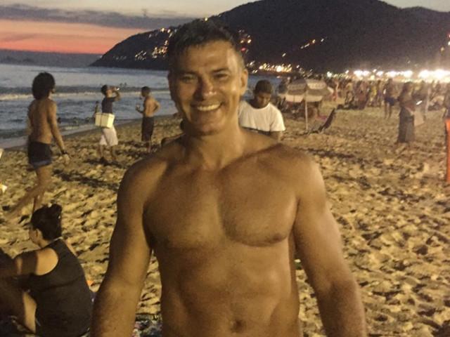 Leonardo Vieira posta foto com namorado e se declara: 'Quase 8 anos de amor'