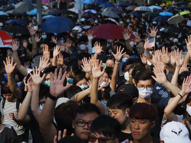 Manifestantes em Hong Kong cantam hino americano e pedem ajuda dos EUA