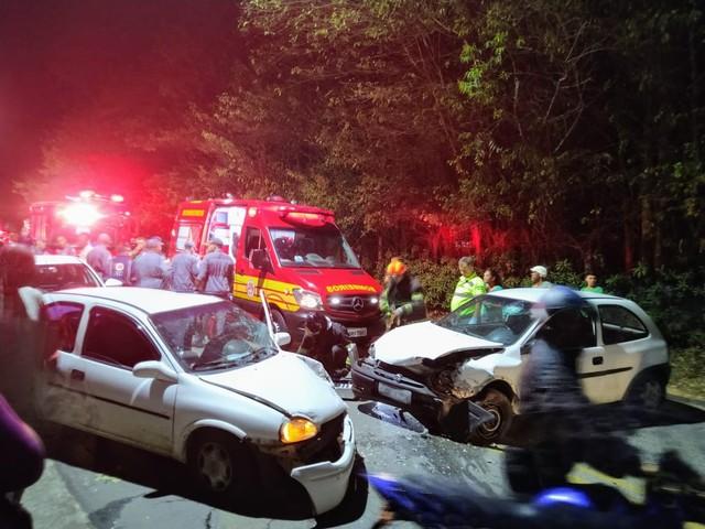 Cinco ficam feridos em acidente entre dois carros na Estrada do Cajuru em São José, SP