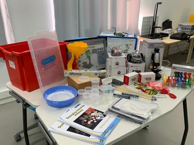 Escolas do primeiro ciclo da Madeira recebem kits de informática e ciências experimentais
