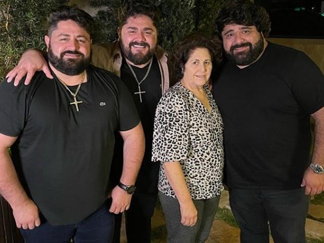 Sertanejo César Menotti presta homenagem no aniversário da mãe