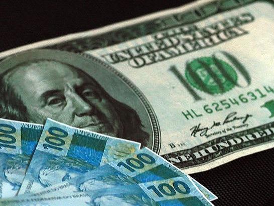 Ibovespa cai um dia após novo recorde; dólar opera abaixo de R$ 3,69