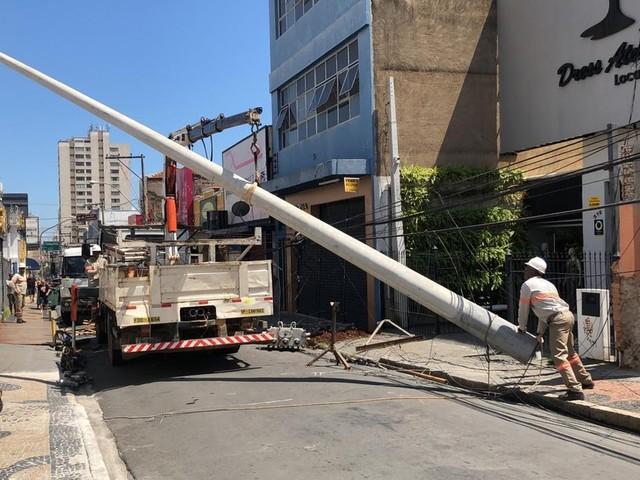 Motorista sofre mal súbito e ônibus bate em poste em Campinas; rede elétrica é afetada