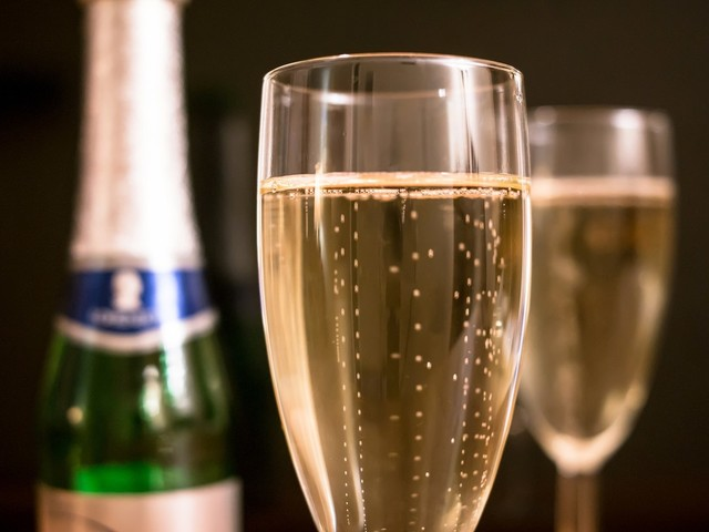 Como escapar das pessoas que tentam te obrigar a beber em festas de fim de ano
