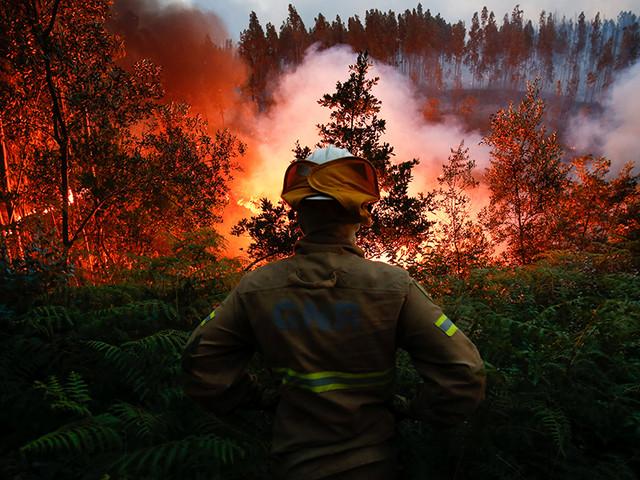 No rescaldo de mais um dia infernal ainda há 18 incêndios descontrolados