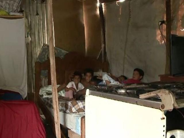 Após ser agredida pelo marido, mulher monta barraco para morar com os 5 filhos no AC: 'tenho esperança'
