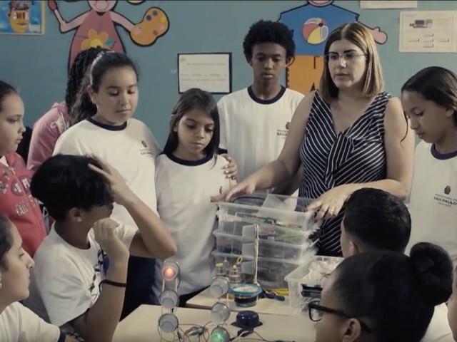 Tecnologia deve ser propulsora da aprendizagem, diz brasileira entre os 10 melhores professores do mundo