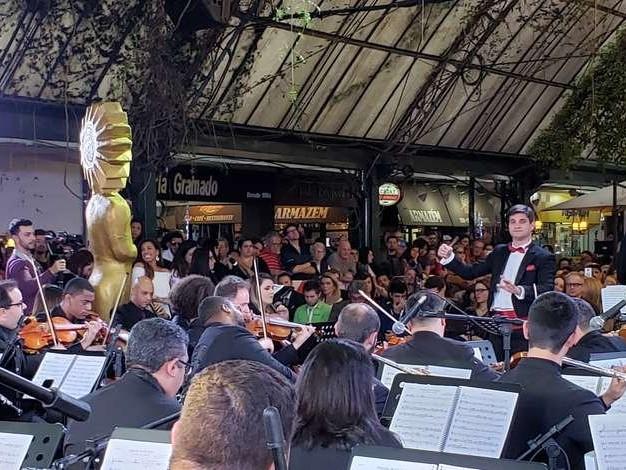 Música e crítica à política na abertura do Festival de Gramado