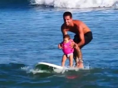 """Apenas 10 meses: filha de Filipe Toledo """"pega onda"""" com o papai"""