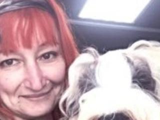 Mulher 'se casa' com cão após desistir de homens