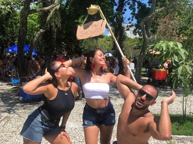 Post polêmico de Bolsonaro no Twitter vira fantasia de golden shower em bloco no Rio