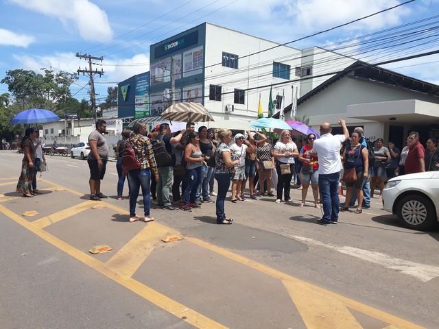 Professores provisórios do AC voltam a protestar em frente à Casa Civil por contratação