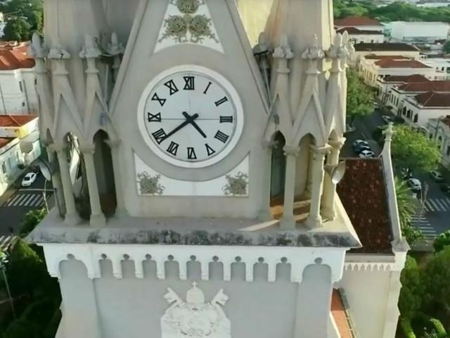 Padre usa som do canto de gavião para espantar pombos de igreja no interior de SP