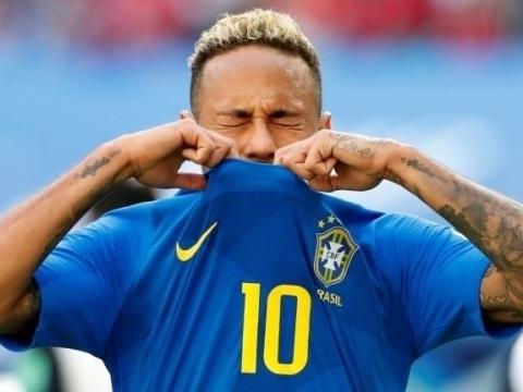 Neymar é flagrado usando boneca suspeita que ele tem em casa de Bruna Marquezine