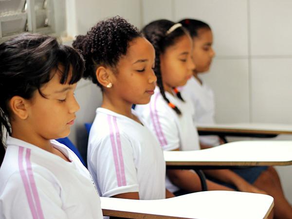 Aulas de ioga e meditação são usadas em salas de aula para melhorar desempenho dos alunos