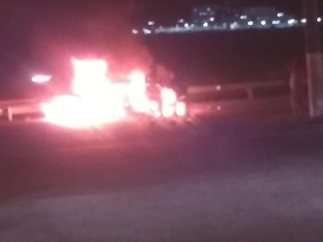 Carro pega fogo após bater em caminhão na Raposo Tavares