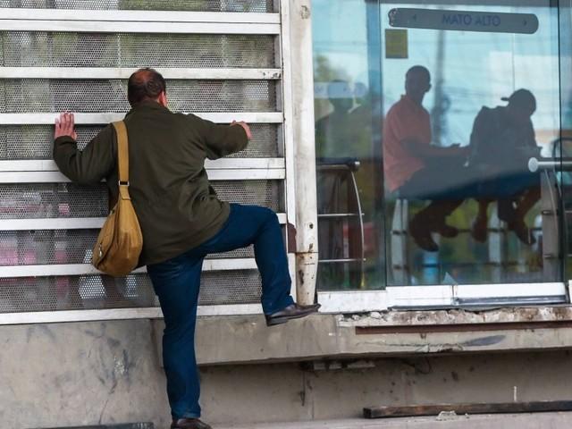 Guardas municipais começarão a multar quem entra no BRT sem pagar