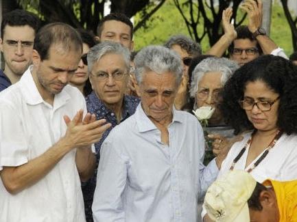 Corpo de irmã de Caetano Veloso e Maria Bethânia é sepultado em Salvador
