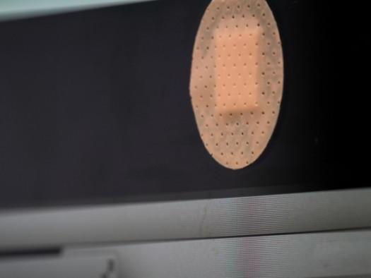 Por que algumas pessoas usam fita adesiva na webcam?