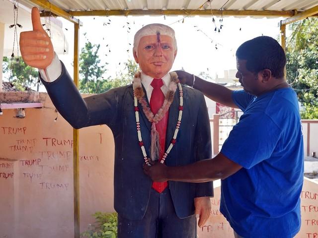 Indiano fã de Trump reza e faz oferendas a estátua do presidente americano