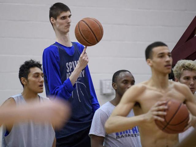 Com 2,31 m, romeno de 17 anos sonha em jogar basquete profissional na NBA