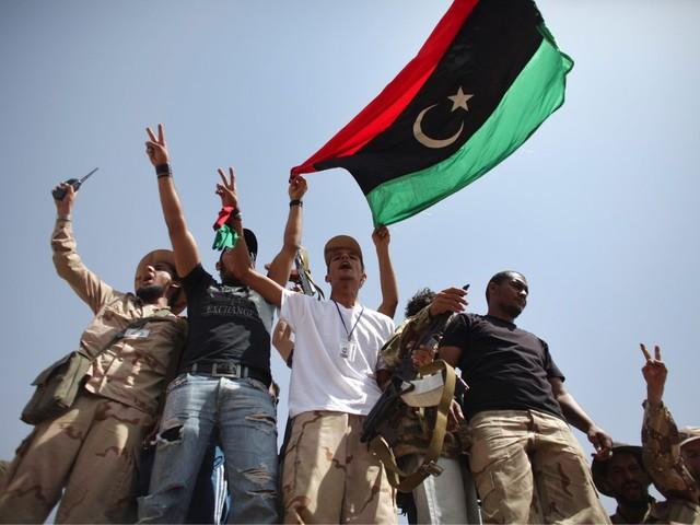 Rebeldes bloqueiam exportações de petróleo da Líbia
