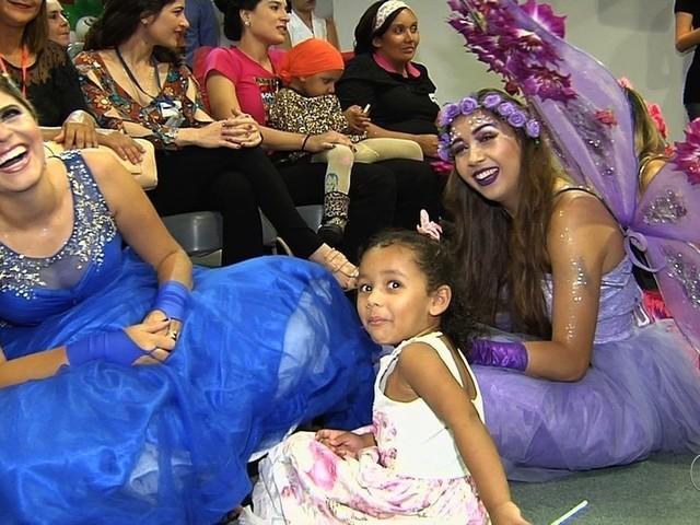 Crianças que lutam contra o câncer recebem festa de Natal em Goiânia
