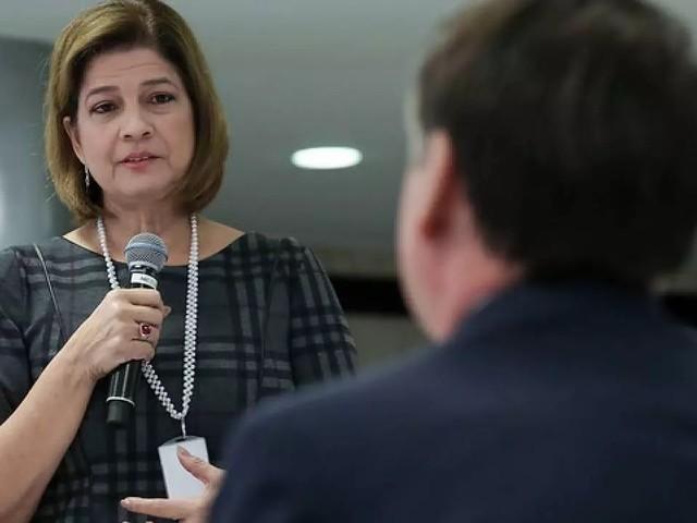 Repórter da Globo presenteia Bolsonaro com uma bíblia