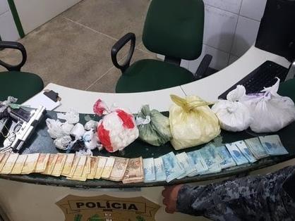 Coqueiro é usado como esconderijo de arma, drogas e R$ 15 mil em Fortaleza; três são presos