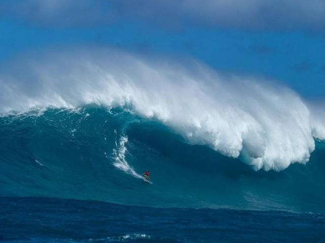 Surfista brasileiro encara ondas gigantes de até 20 metros no Havaí