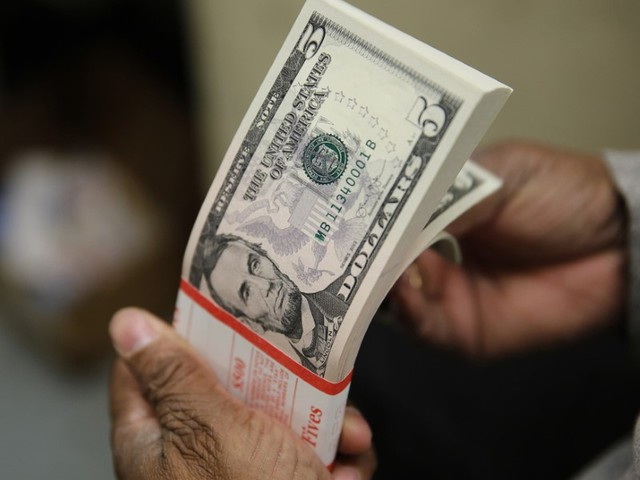 Dólar opera em alta nesta segunda-feira, de olho em cenário eleitoral