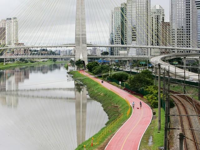Doria anuncia reabertura da ciclovia da Marginal Pinheiros com câmeras e chuveiros; ciclistas cobram mais acessos