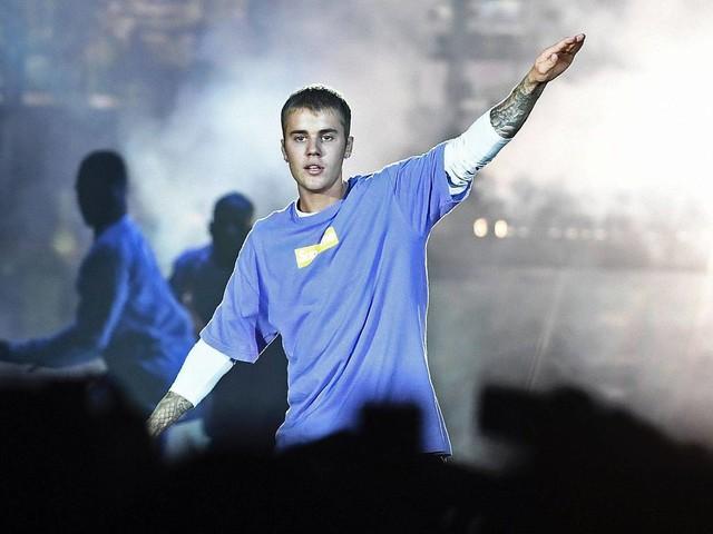 Justin Bieber canta ao lado de Ariana Grande no Coachella e conta que trabalha em novo álbum
