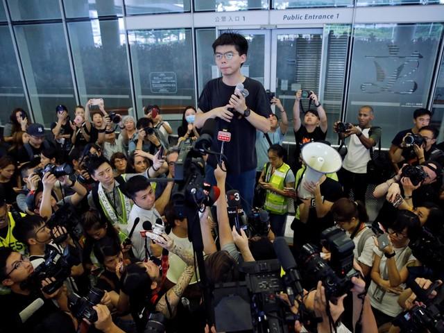 Ativista pró-democracia de Hong Kong deixa a prisão e se une aos protestos