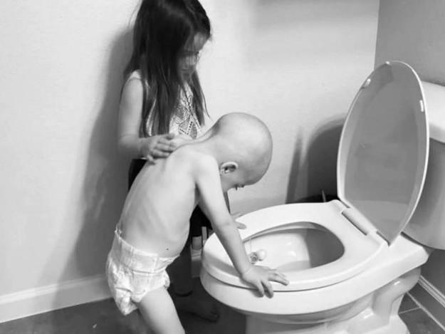 Uma menina, seu irmão caçula e a história por trás da foto que comoveu o mundo