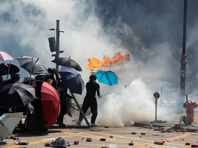 Manifestantes e policiais entram em confronto em novo dia de protestos em Hong Kong