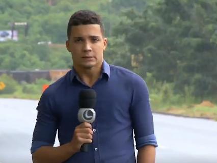 Repórter da Record é quase atropelado por caminhão e solta palavrão em reportagem