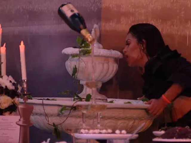BBB 20: Flayslane bebe água da fonte e beija objeto do jardim