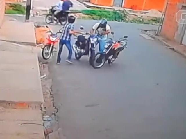 Vídeo: assaltantes abordam vítimas na porta de casa e roubam moto na Zona Sudeste de Teresina