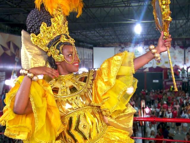 Mocidade Alegre homenageia orixás femininas em desfile com 3 mil componentes
