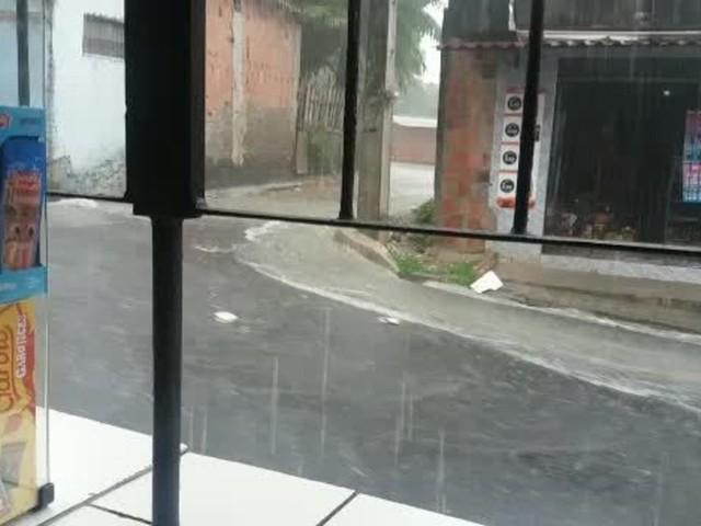 Chuva forte causa alagamentos em vários pontos de Manaus