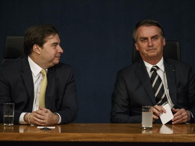 Bolsonaro pergunta sobre Collor em bilhete entregue a Rodrigo Maia durante evento na PGR