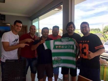 Goulart é abordado por torcedores e tira foto segurando camisa do Palmeiras