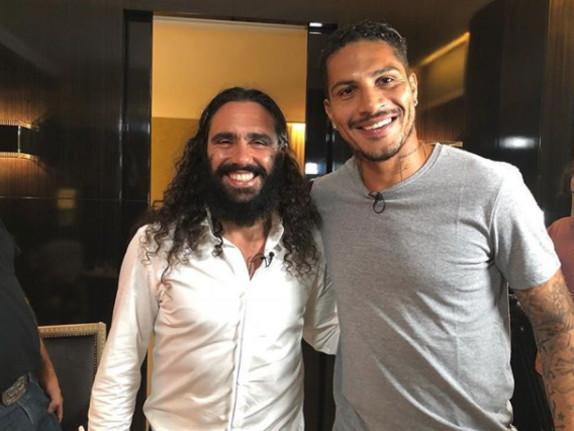 Suspenso por doping, Guerrero mostra gingado e samba em entrevista a Sorín