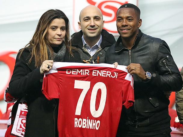 Robinho assina contrato, e é apresentado por clube da Turquia