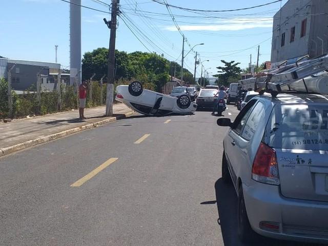 Capotamento deixa duas pessoas feridas na zona Oeste de Marília