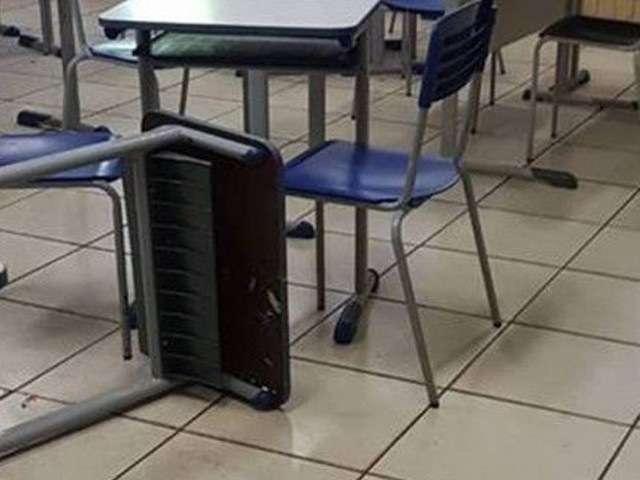 Adolescente esfaqueia professor após se irritar em sala de aula