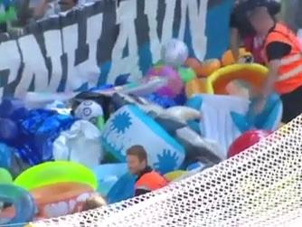 Torcida joga bonecos infláveis em campo e interrompe jogo na Dinamarca