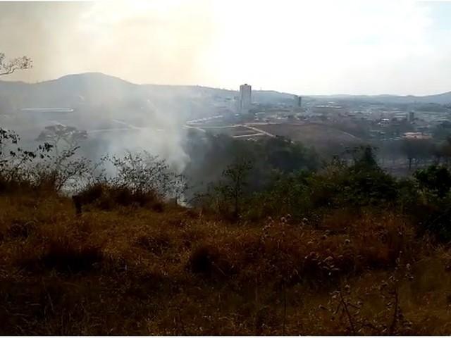 Bombeiros registram incêndio de grandes proporções em Nova Serrana